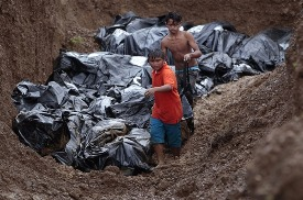 Mass burial of dead left by Typhoon Yolanda