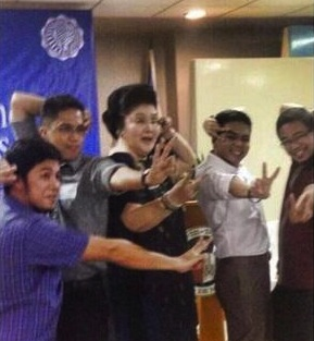 Ateneans strike a pose with former First Lady Imelda Marcos.