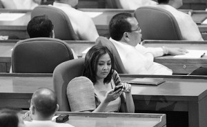 Mark of ill breeding: Abigail Binay fiddling with her phone as President BS Aquino delivers his SONA