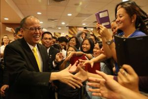 Pandering to Singapore OFWs: President Aquino visits Jollibee Singapore at the Lucky Plaza Mall (November 19, 2014)