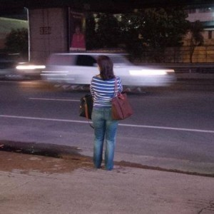leni_waits_for_bus