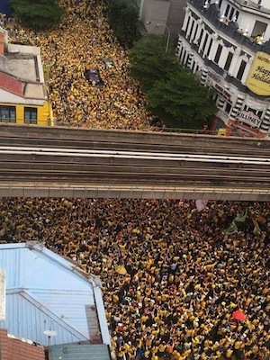 Yellow-clad protestors fill Kuala Lumpur's streets in protest against PM Najib Razak. (Photo source: KB Chua on Facebook)