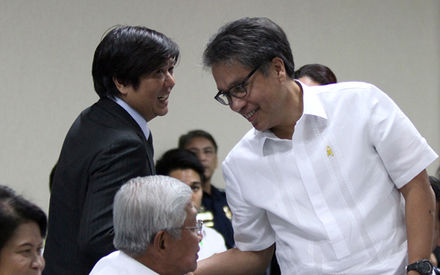 Bongbong_Marcos_and_Mar_Roxas_before_Senate_session_1.23.14