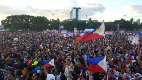 No yellow banners: Only the national colours dominate Duterte's rally. (Photo source:  Pia Ranada)