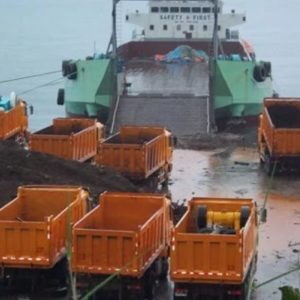 Photo of what looks like  soil destined for the South China Sea being loaded onto cargo ships (Source: Kami)