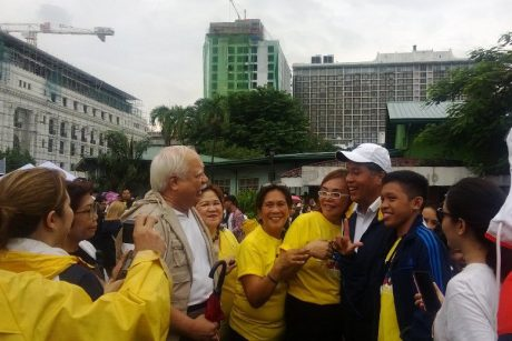 Mar Roxas surrounded by loyal yellow-attired supporters at the Luneta rally. (Source: @iamjustlee on Twitter)