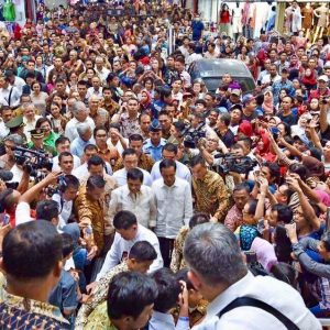 Large crowds gathered in Indonesia to catch a glimpse of the 'rock star president'. (Source: Senyora on Twitter)